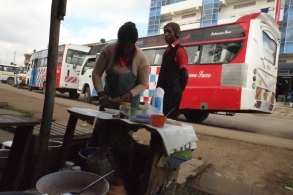 En kvinna förbereder bröd, te och böner åt Joseph och hans kollegor