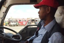 Det är konst att manövrera bussen på vägarna i Nairobi
