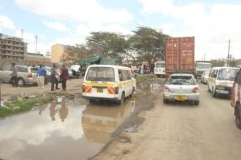 Vägarna i Kenya är i dålig kondition, så fort det regnar blir det väldiga vattensamlingar